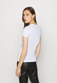 Guess - T-shirt z nadrukiem - true white - 2