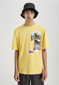 PULL&BEAR - MIT FOTOPRINT - Print T-shirt - yellow - 0