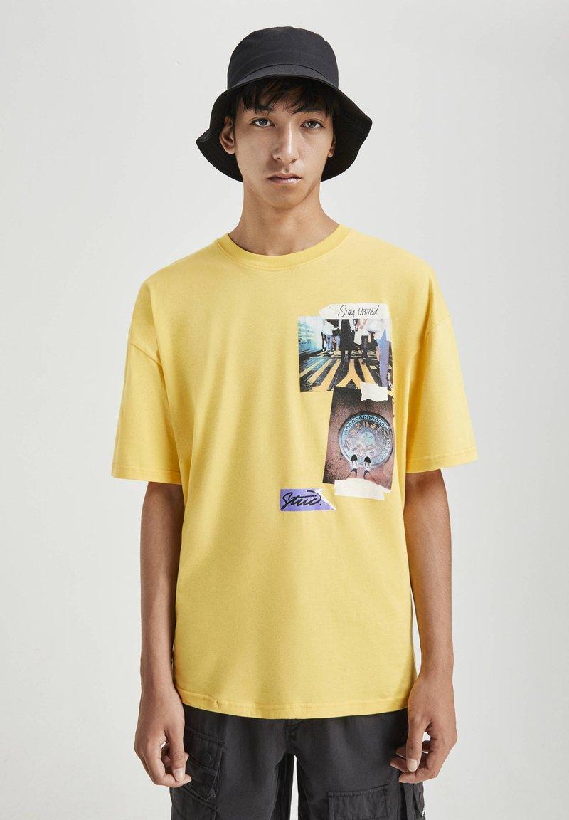 PULL&BEAR - MIT FOTOPRINT - Print T-shirt - yellow
