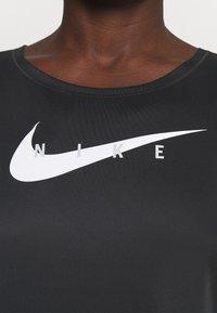 Nike Performance - RUN - T-shirts med print - black/reflective silver - 3