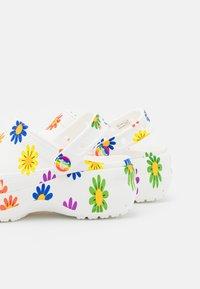 Crocs - CLASSIC PRIDE  - Klapki - white/multicolor - 5