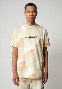 Napapijri - S-AIRBRUSH SS AOP - Print T-shirt - beige camou - 0