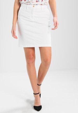 CLASSIC CHINO SKIRT - Pouzdrová sukně - white