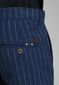 Jack & Jones - JJILINEN JJCHINO - Shorts - dark blue - 6