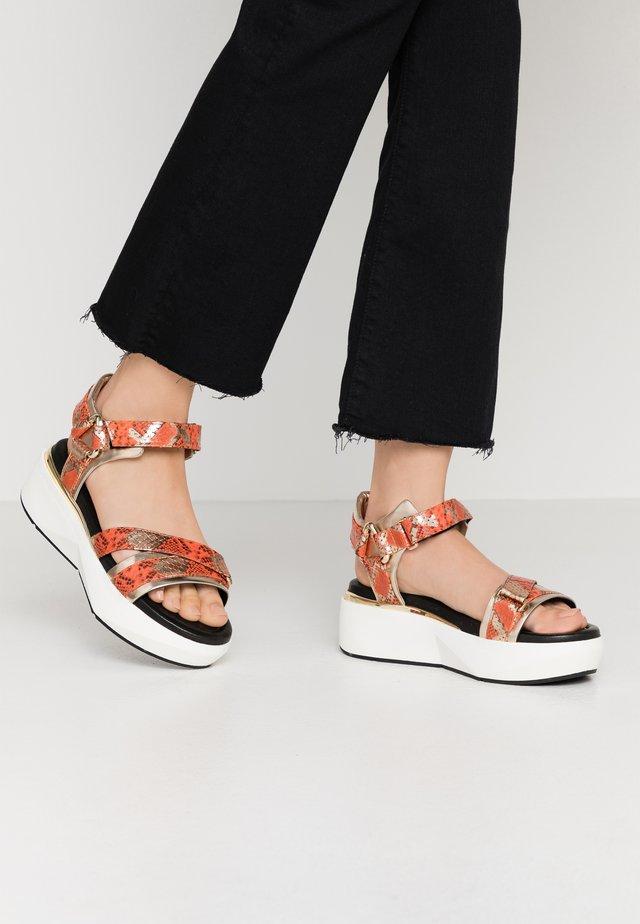 Sandály na platformě - metal/joya platino/arrancio