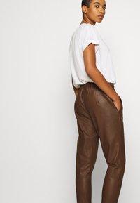 DEPECHE - PANT - Kožené kalhoty - tobacco - 3