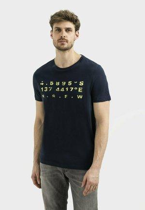 MIT PLATZIERTEM FOTOPRINT - Print T-shirt - dark blue