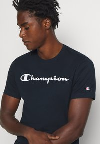 Champion - LEGACY CREWNECK - T-shirts print - dark blue - 4