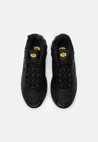 Nike Sportswear - AIR MAX PLUS III UNISEX - Matalavartiset tennarit - black/dark smoke grey - 3