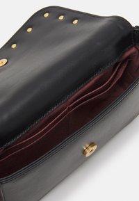 Coccinelle - MINI BAG - Taška spříčným popruhem - noir - 2