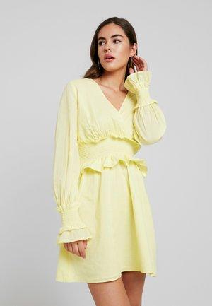 JULIAWIENIAWA SMOCKED DETAILED DRESS - Robe d'été - bright yellow