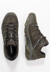 Hi-Tec - RAVUS VENT LITE LOW WATERPROOF - Hiking shoes - olive night/black/cool grey - 1