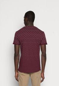 Pier One - T-shirt med print - bordeaux - 2