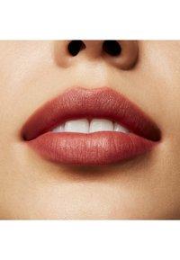 MAC - POWDER KISS LIQUID LIPCOLOUR - Rouge à lèvres liquide - over the taupe - 7
