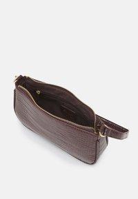 ONLY - ONLBELINDA BAGETTE BAG - Håndtasker - chocolate brown - 2