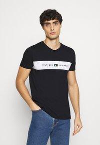 Tommy Hilfiger - NEW LOGO TEE - T-shirt med print - desert sky - 0