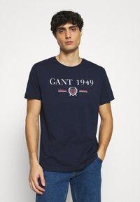 GANT - 1949 CREST  - T-shirt med print - evening blue - 0