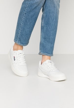 ARCADE - Baskets basses - white