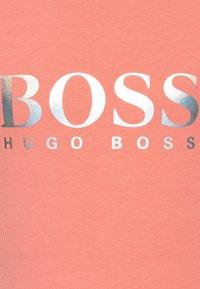 BOSS Kidswear - SHORT SLEEVES TEE - Camiseta estampada - pink - 2