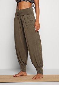 Deha - HAREM PANTS - Pantaloni sportivi - olive green - 0