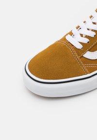 Vans - OLD SKOOL UNISEX - Sneakers - golden brown/true white - 5