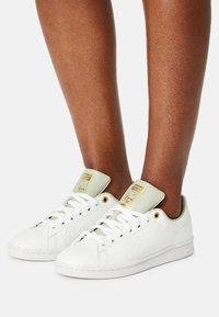 adidas Originals - STAN SMITH W - Sneakers laag - white/halo green/gold metallic - 0