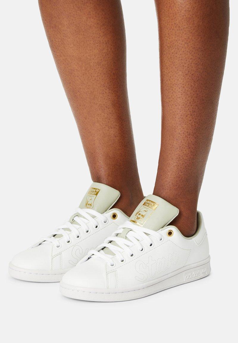 adidas Originals - STAN SMITH W - Sneakers laag - white/halo green/gold metallic