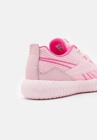 Reebok - FLEXAGON ENERGY KIDS UNISEX - Scarpe da fitness - pink glow/porcelain pink/true pink - 5