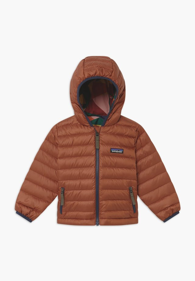 BABY REVERSIBLE HOODY - Daunenjacke - camel/multi-coloured