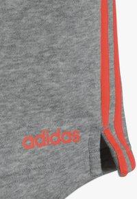 adidas Performance - GIRLS ESSENTIALS 3STRIPES SPORT 1/4 SHORTS - Sports shorts - mottled grey/coral - 2