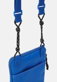 Levi's® - MINI CROSSBODY UNISEX - Taška spříčným popruhem - jeans blue - 3