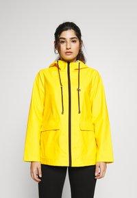 Pieces Petite - PCRARNA RAIN JACKET - Impermeable - empire yellow/silver trim - 0