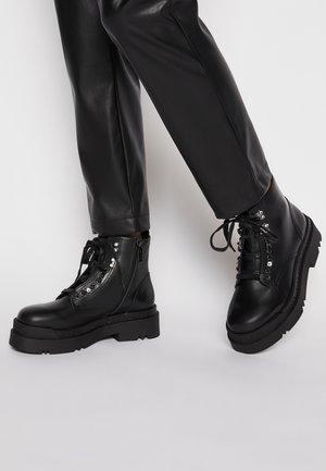 LOVE BOOTIE - Kotníkové boty na platformě - black