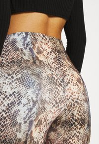 Missguided - SLINKY SNAKE PRINT FLARE TROUSER - Trousers - green - 4