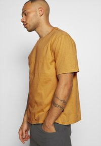 Patagonia - ROAD TO REGENERATIVE LIGHTWEIGHT TEE - T-shirt basique - surfboard yellow - 5