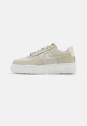 AF1 PIXEL - Sneakersy niskie - light stone/summit white/pale coral