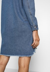 JDY - JDYSANSA DRESS RAW  - Jeanskjole / cowboykjoler - medium blue denim - 3