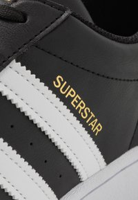 adidas Originals - SUPERSTAR VEGAN - Tenisky - core black/footwear white/gold metallic - 8