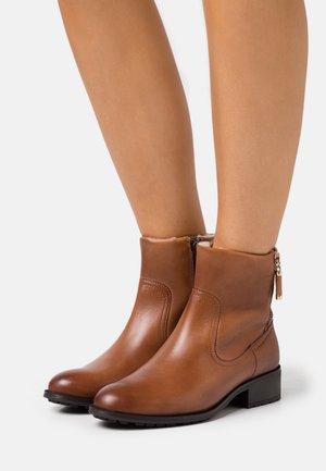 ORIONWEG - Kotníkové boty - cognac