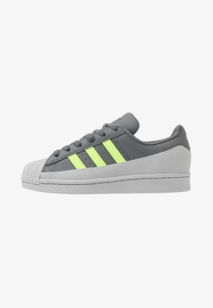 SUPERSTAR - Trainers - grey four/signal green/grey two
