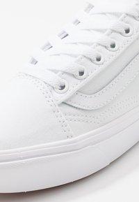 Vans - UA COMFYCUSH OLD SKOOL - Sneakers basse - true white - 6