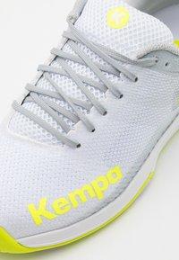 Kempa - WING 2.0 - Håndboldsko - white/flou yellow - 5