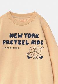 TINYCOTTONS - PRETZEL RIDE UNISEX - Sweatshirt - cream/light navy - 2