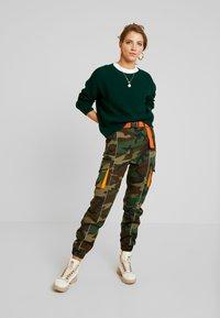 Missguided - CONTRAST CAMO PANEL TROUSER - Pantaloni cargo - khaki - 1
