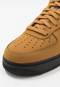 Nike Sportswear - AIR FORCE 1 - Tenisky - wheat/black/midnight navy - 5