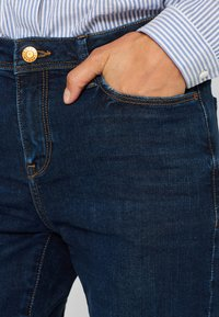 Esprit - LIEBLINGS GESCHNITTENE  - Slim fit jeans - blue dark washed - 4