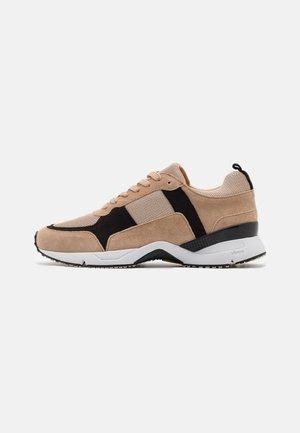 Sneakers laag - beige/black/gold