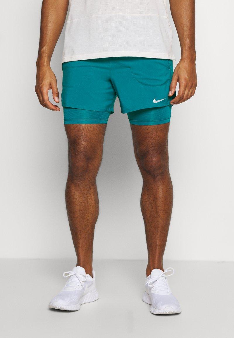 Nike Performance - Pantalón corto de deporte - blustery/blustery/silver