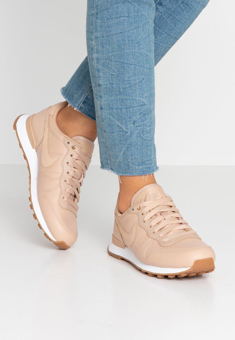 Nike Sportswear - INTERNATIONALIST PRM - Trainers - beige/white/med brown