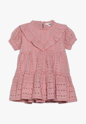 LAYLA FLUTTER SLEEVE DRESS BABY - Koktejlové šaty/ šaty na párty - sweet blush